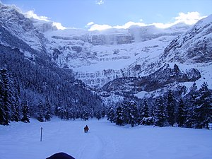 English: Cirque de Gavarnie gripped by frozen ...