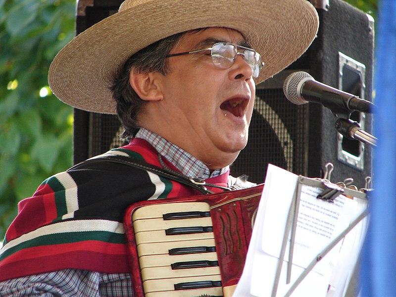 File:Músico chileno tocando cueca.jpg