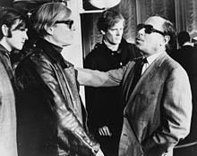 Andy Warhol zusammen mit Tennessee Williams und Paul Morrissey (im Hintergrund)