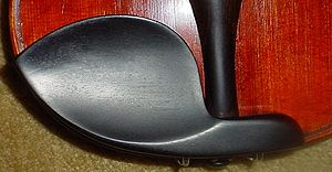English: A Guarneri-type chinrest.