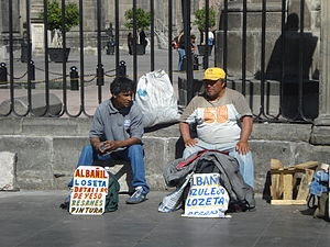 Dos albañiles desempleados esperan ofertas de ...