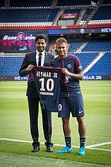 photo de deux hommes debout l'un à côté de l'autre sur un terrain de football