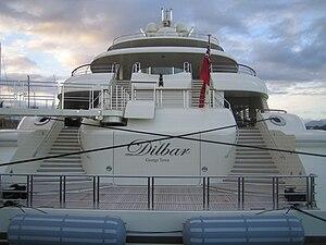 Français : Le Dilbar mesure 110 mètres de long...