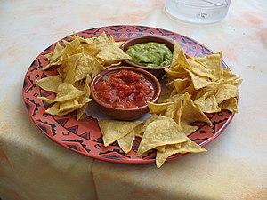 Deutsch: Tortilla-Chips, salsa, und guacamole ...