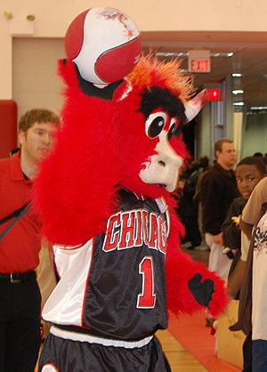 English: The Chicago Bulls mascot, Benny, thro...