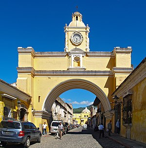 English: The Arch of Santa Catalina in the tow...