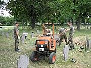 Miembros de la Bundeswehr trabajan en cementerios de los ca�dos de guerra alemanes.