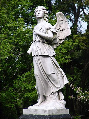 English: Statue of an angel with a broken wing...