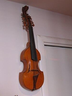 Italiano: Viola d'amore. Foto di strumenti mus...