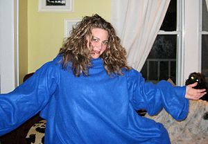 English: A woman models her Snuggie.