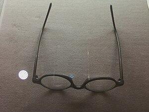 English: Yiyuksa's Glasses.