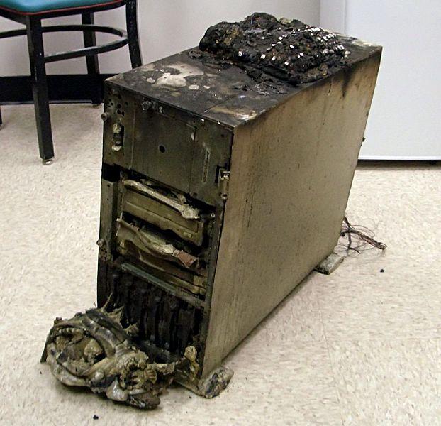 Limportanza del backup. Questo server è stato distrutto in un incendio nel Choteau NE Oklahoma sul 11/27. Immagine di John from USA pubblicata su Wikimedia Commons con licenza Creative Commons