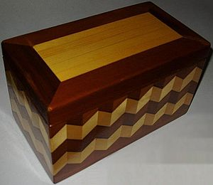 English: I photographed this wooden box myself...