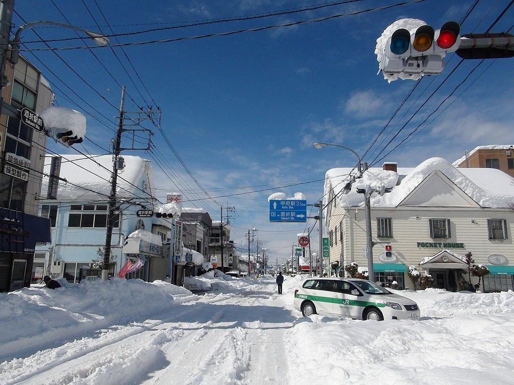 ファイル:Heavy snow in front of the station Sakaori intersection of February 15 ...
