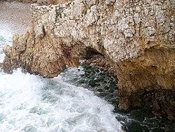 O quebrar das ondas causa erosão com o tempo.