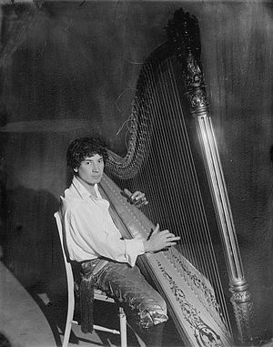 English: Photograph of Harpo Marx playing the ...