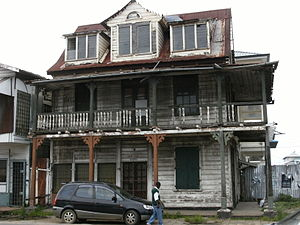 English: Dilapidated_house_in_Paramaribo.