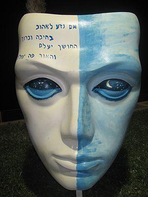 Mask statue1
