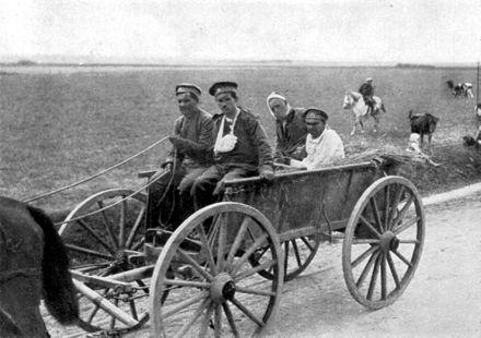 Soldados rusos heridos en el transcurso de la Primera Guerra Mundial y siendo transportados en un carro tirado por caballos.