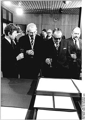Bundesarchiv Bild 183-T1208-0310, Bonn, Regier...