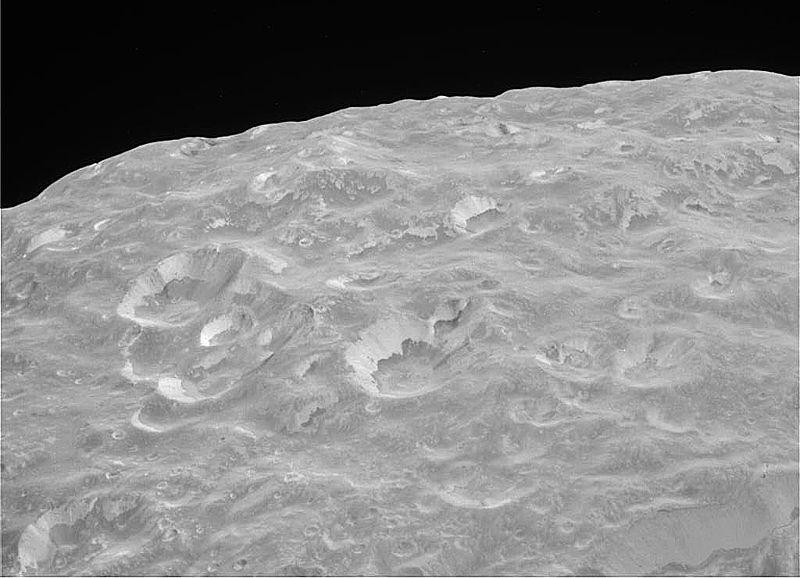 Imagen de la superficie de Mimas a 17.000 km de distancia.