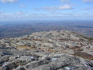 English: Rocky plateau on summit of Mount Mona...