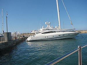 English: Luxury yacht in Herzliya Marina עברית...