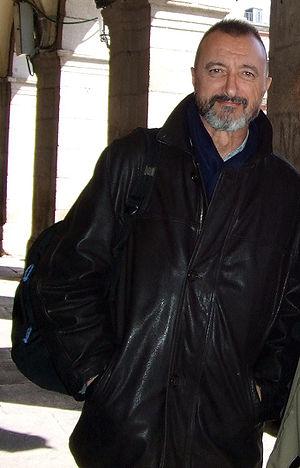 El escritor Arturo Pérez-Reverte en la céntric...