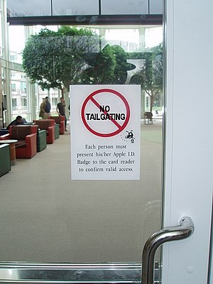 English: No Tailgating sign at Apple Inc. office