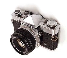 Papercraft de una cámara fotográfica Olympus OM-1.
