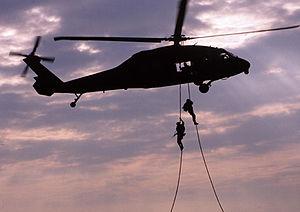 Deutsch: Soldat der Special Forces beim Abseil...