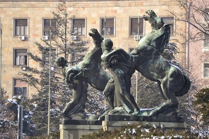 """Зграда Народне скупштине, """"Играли се коњи врани"""" композиција"""