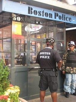 English: Boston Police Department kiosk in Dow...