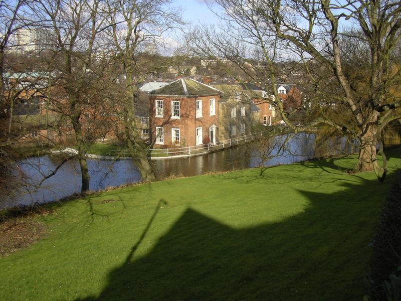 Porter Brook at Sharrow Mills. Image by Warofdreams, Wikimedia Commons.
