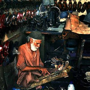 English: a shoe maker - Pakistan Français : Un...