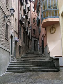 https://i0.wp.com/upload.wikimedia.org/wikipedia/commons/thumb/f/fa/Toledo_narrow_street.jpg/240px-Toledo_narrow_street.jpg