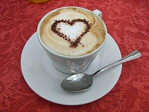 Deutsch: Cappuccino mit Kakaoherz