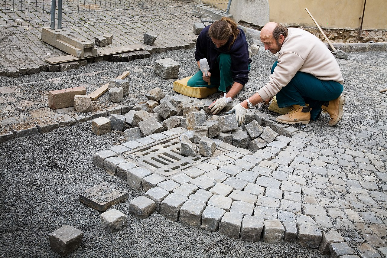 FileMasons laying Cobblestones in the street Prague