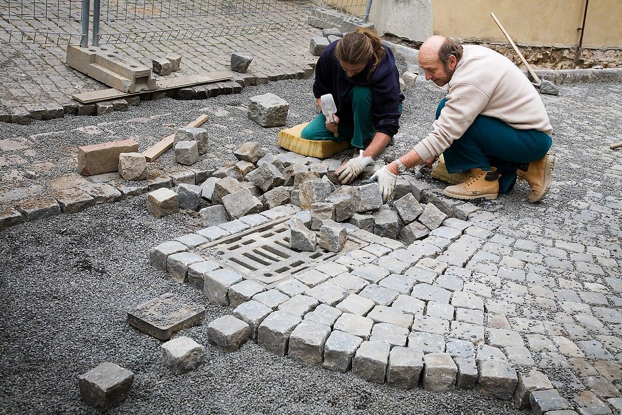 FileMasons laying Cobblestones in the street Prague