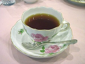 Tea in a Meißen pink-rose teacup 日本語: マイセンの紅茶カップ