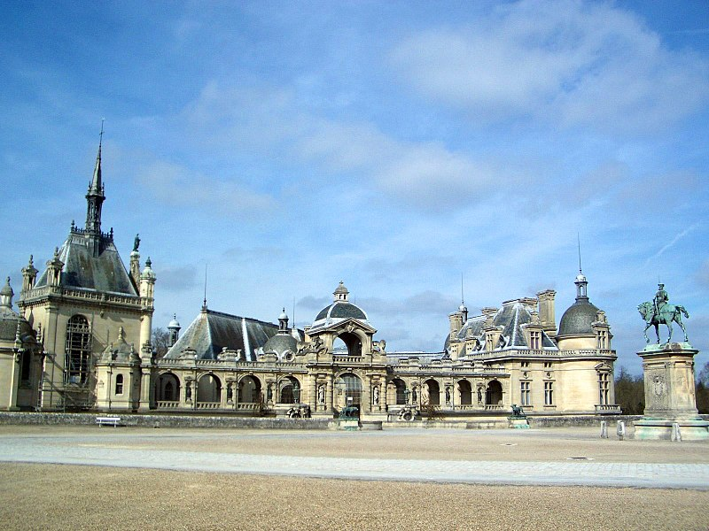 File:Chateau de Chantilly front courtyard.jpg