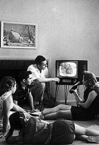 English: American family watching TV (cropped)