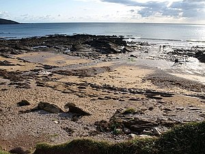 English: Beach and rocks west of Wembury The f...
