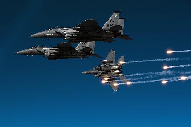 Un grupo de F-15E soltando bengalas