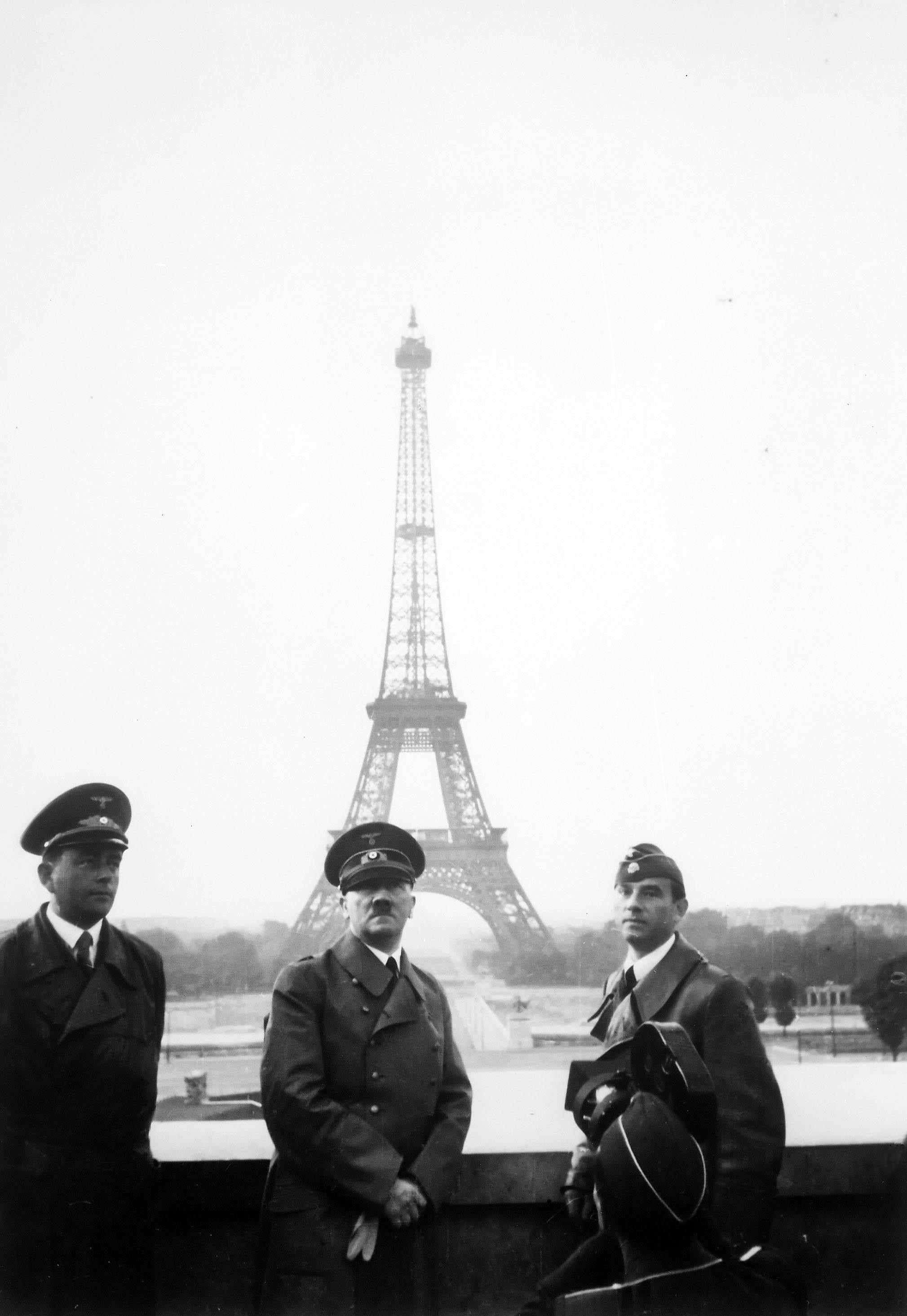 Adolf Hitler en París con Albert Speer y Arno Breker.