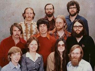 تصویر کارمندان مایکروسافت در سال ۱۹۷۸ از راست به چپ: بالا: جیم لین، باب والاس، استیو وود وسط: گوردون لتوین، مارک مکدونالد، باب گرینبرگ، باب او-ریر پایین: پل آلن، مارلا وود، اندرآ لوئیز، بیل گیتس