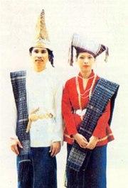 Kain Adat Simalungun disebut Hiou. Penutup kepala lelaki disebut Gotong, penutup kepala wanita disebut Bulang, sedangkan yang kain yang disandang ataupun kain samping disebut Suri-suri.