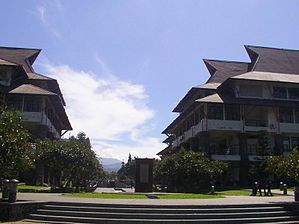 Plaza Widya ITB dengan Gunung Tangkuban Perahu di kejauhan, perhatikan bentuk atap khas bangunan di ITB