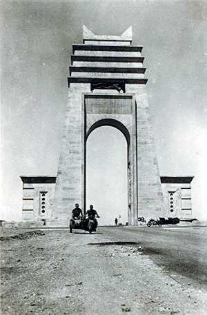 LArco dei Fileni, costruito da Italo Balbo al confine fra Tripolitania e Cirenaica. Immagine di pubblico dominio.