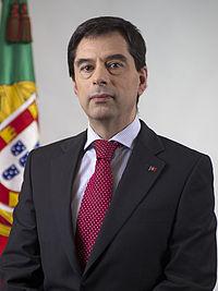 https://i0.wp.com/upload.wikimedia.org/wikipedia/pt/thumb/7/7b/Retrato_oficial_Vitor_Gaspar.jpg/200px-Retrato_oficial_Vitor_Gaspar.jpg